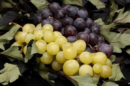 Uvas rojas y negras